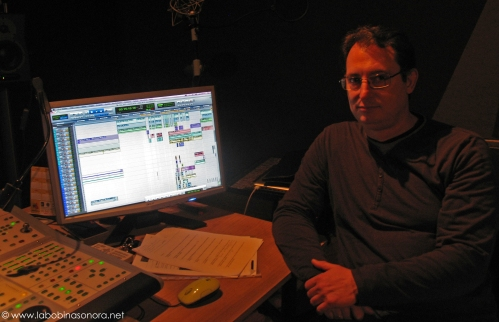 El diseñador/montador de sonido de -Luces Rojas- James Muñoz.