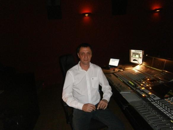Jorge Lerner junto a la SSL Avant que preside la sala n1 de los estudios Tecnison.