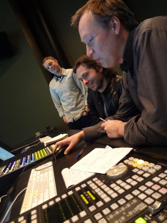 Gabriel Gutierrez junto a Christian Fontaine (mezclador) y Thierry Westermeyer (Músico).