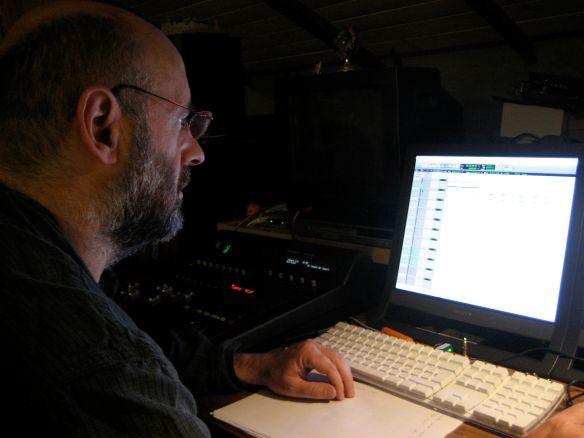 En su estudio, delante de su estación de trabajo Pro-Tools HD.