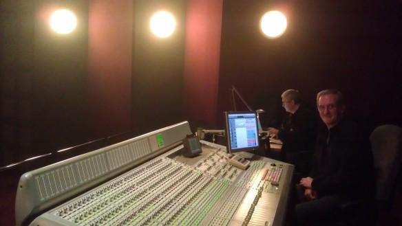 Joan Olivé (mezclador) y Jaime Puig (consultor Dolby), en los estudios Sonoblok.