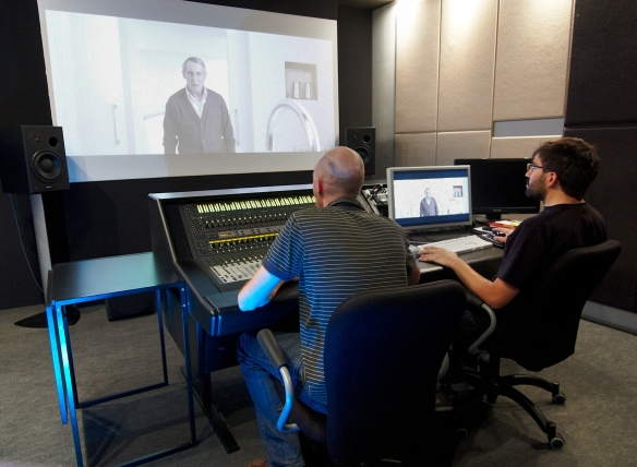 El diseñador de sonido Juan Ferro (derecha) en su estudio Milciclos.