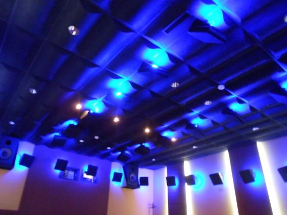 Monitorización en techo de la sala Dolby Atmos Premier, de Best Digital