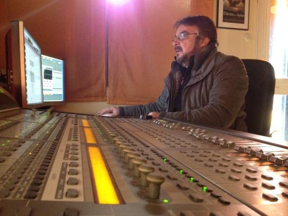 El Montador/diseñador de sonido Carlos Faruolo, en la sala de montaje.