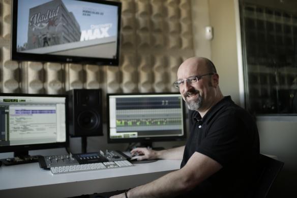 El Diseñador de sonido Daniel Rodrigo en el estudio.