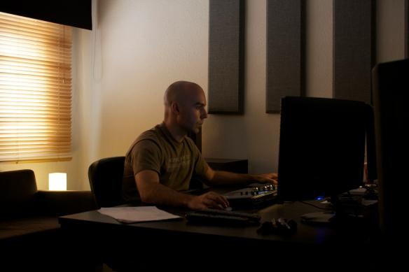 Roberto H.G en su estudio -Finding the sound-