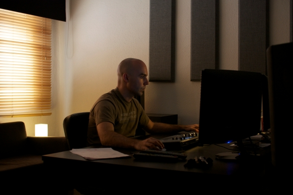 Roberto H.G en su estudio -Finding the sound-