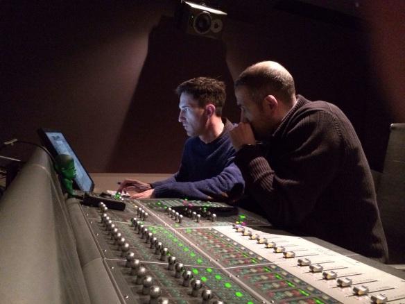 El Diseñador de sonido Oriol tarragó junto al Mezclador de Re-grabación Mac Orts , en los Estudios Coser y Cantar.