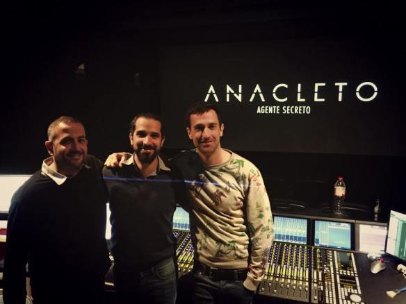 """Marc Orts, Javier Ruiz Caldera y Oriol Tarragó durante las mezclas finales de """"Anacleto""""."""
